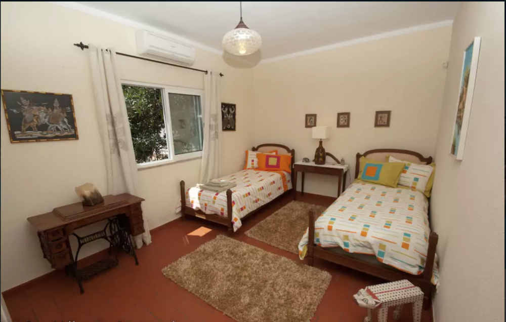Bedroom 2: Twin room