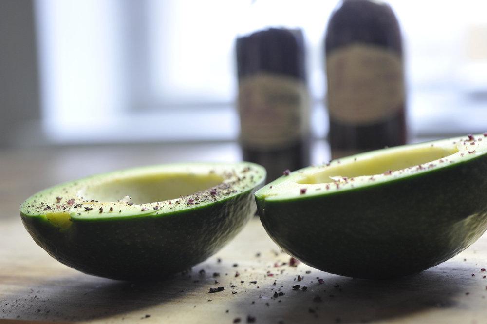 Avokado punaviinisuolalla ja punaviinipippurilla_culinaristit.jpg