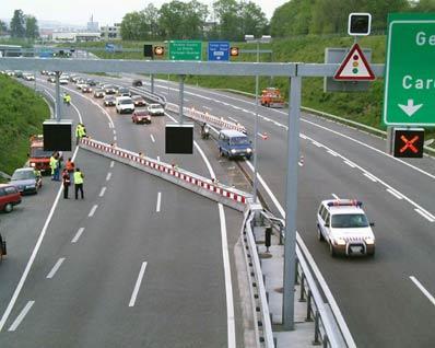 Barrière de déviation traditionnelle - Nos barrières ont été installées sur les autoroutes Suisses dans les cantons de Genève, Jura, Neuchâtel et Vaud. Dans le cas normal elles sont constituées de deux demi-barrières de 35 mètres chacune avec un profil du type New-Jersey. Elles pivotent aux extrémités et sont verrouillées au repos au milieu.