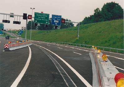 Barrières en courbe - Nos barrières peuvent aussi être installées en courbe. Les rayons de quelques centaines de mètres sont dans ce cas liés à un dévers de la chaussée. Une difficulté supplémentaire est parfois constituée par le décalage des voies de roulement avec une berme centrale de dévers inversé.