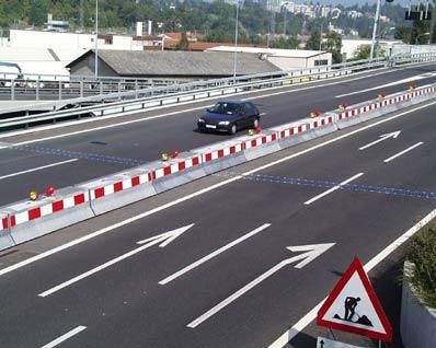 Installation sur des autoroutes en service - En général les barrières de déviation sont installées sur des autoroutes en construction, le montage peut se faire sans contraintes dues au trafic. Sur l'autoroute de contournement de Genève nous avons installé, dans le cadre d'une rénovation, des barrières sans interruption du trafic. Le montage des ancrages préfabriqués et le raccordement des barrières ont pu se faire en quelques jours.