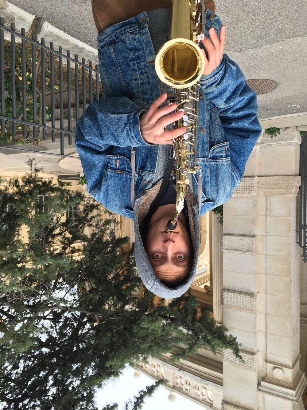 Adrien - Saxophoniste accompli, Adrien est le gai-luron de la fanfare. Toujours là pour faire des blagues (plus ou moins drôles), il saura vous donner envie de vous trémousser avec ses mouvements du bassin endiablés. Mais ne vous fiez pas aux sons aguicheurs de son instrument, son animal totem reste la musaraigne-taupe.Dessert préféré : ouiAnimal totem : Musaraigne-taupe