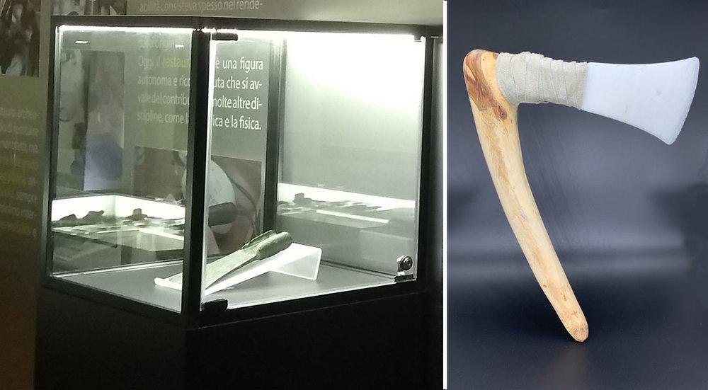 Nella vetrina la lama dell'ascia originale e a fianco la copia realizzata in stampa 3D completa del suo manico perduto.