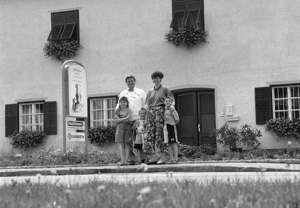 Die Familie Haider vor der Kochschule (1990)