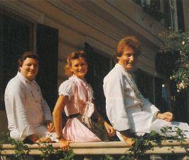 Anno 1982: 2-Hauben-Koch Willi (l.) vor dem Gasthaus Purkarthofer (Foto: Hiller)