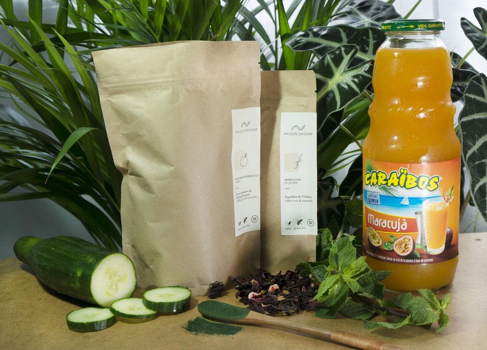 - Ingrédients pour 1L (environ 4 verres)Préparation : 5 à 10 mn- 50 cl d'infusion hibiscus menthe (recette ici)- 50 cl de jus de maracuja (fruit de la passion)- 1 demi concombre- Spiruline- Glace