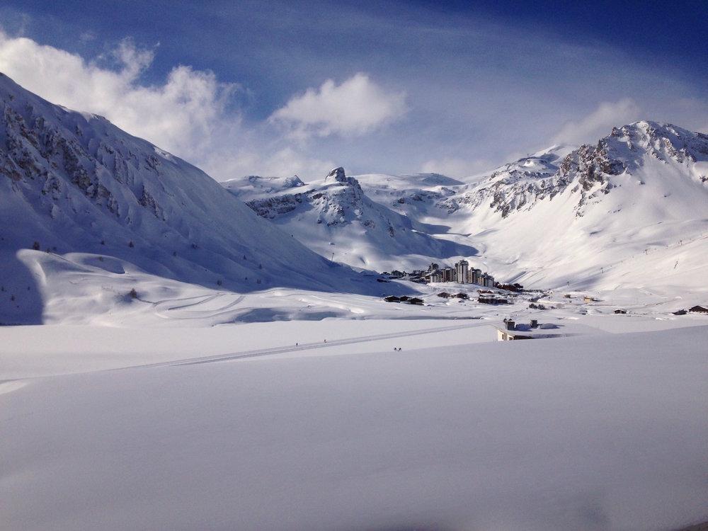 La vue par dessus le lac gelé vers la Grande Motte