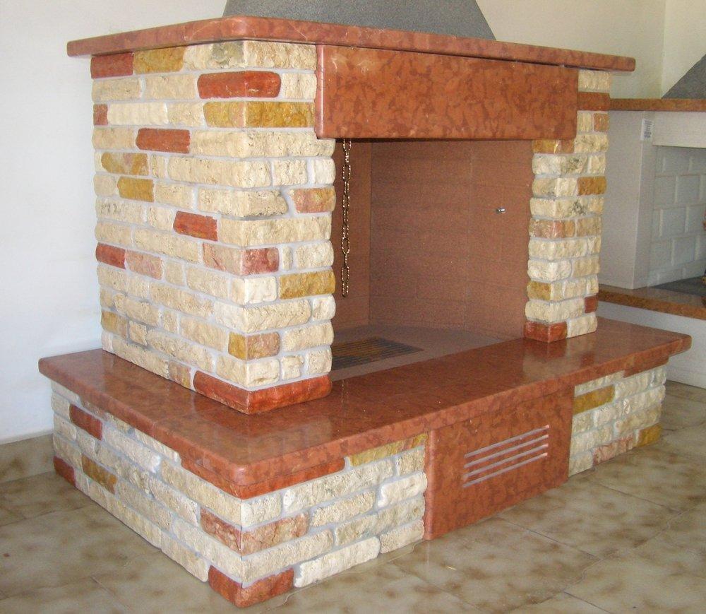 camino rustico su misura in marmo e pietra: Rosso asiago e tozzetti Travertino scoppato