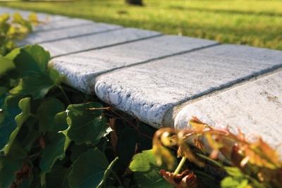 Pavimentazione giardino in marmo e pietra (in foto Cremo Tirreno)