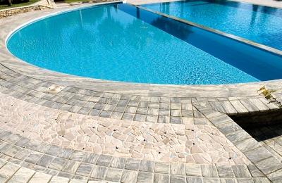 Realizzazione pavimento bordo piscina in pietra