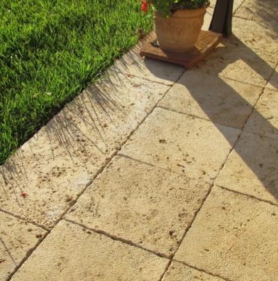 Pavimento giardino in pietra Travertino a falda bocciardata