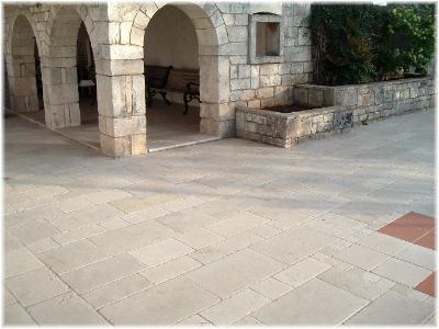 Pavimentazione esterna in marmo Royal Beige con moduli di grande formato