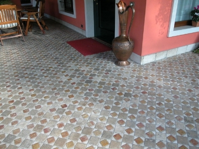 Pavimento rustico in marmo o pietra (in foto policromi tozzetti anticati)