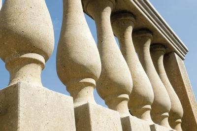 Realizzazione balaustra in pietra dorata