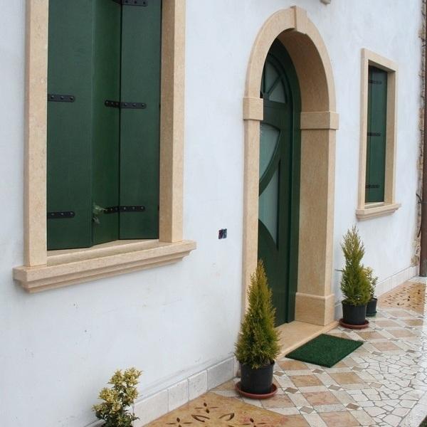 Portale davanzali e lesene in marmo rosa Asiago satinato