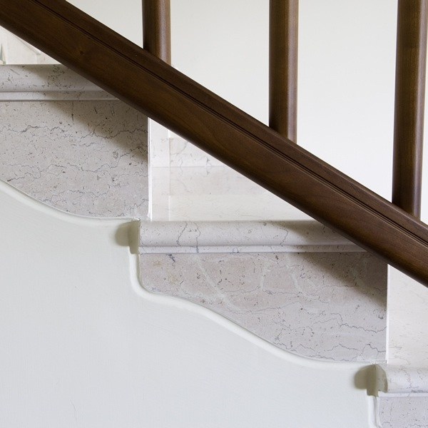 Progetto scala in marmo su misura con dettagli personalizzati (in foto Fiorito Adriatico lucido)