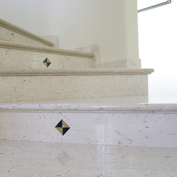 Scale personalizzate in marmo e pietra (in foto Marmo Apricena Fiorito)