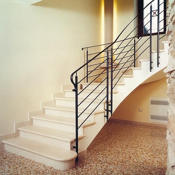Scale a chiocciola su misura in marmo e pietra (In foto Crema Beige lucido)