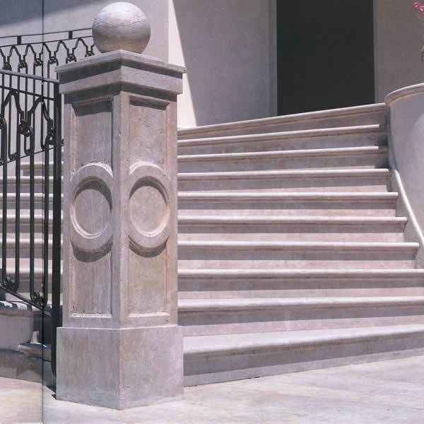 Piantone e scala esterna in marmo e pietra (in foto marmo Rosa anticato)