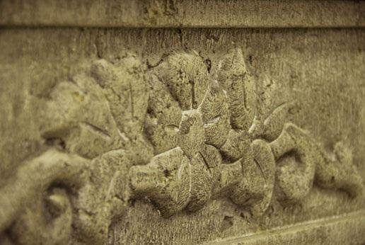 Fregio su architrave in pietra Travertino effetto anticato