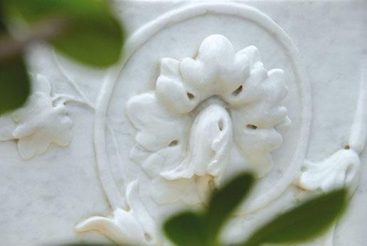 Fiori scolpiti su marmo Bianco di Carrara