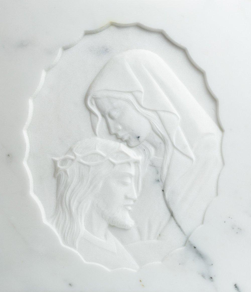 Arte sacra e funeraria: bassorilievo con Madonna e Cristo in marmo Bianco Statuario