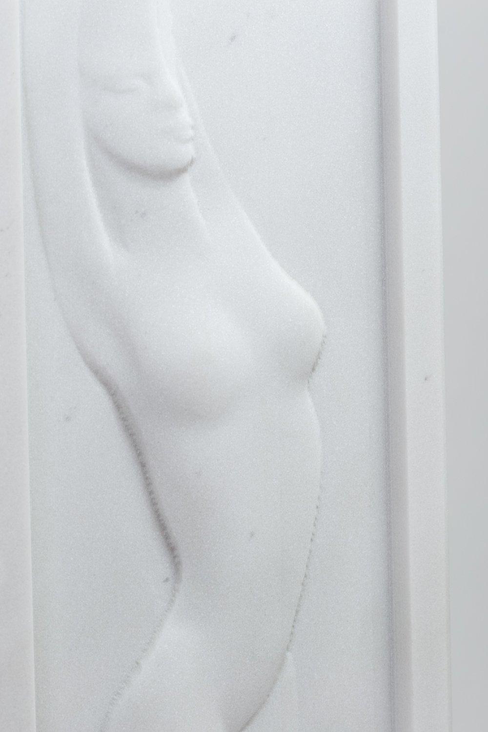 Bassorilievo figura stilizzata in marmo bianco statuario
