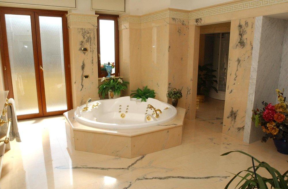 Pavimentazione oltre al bagno in marmo Rosa salmone a macchia aperta