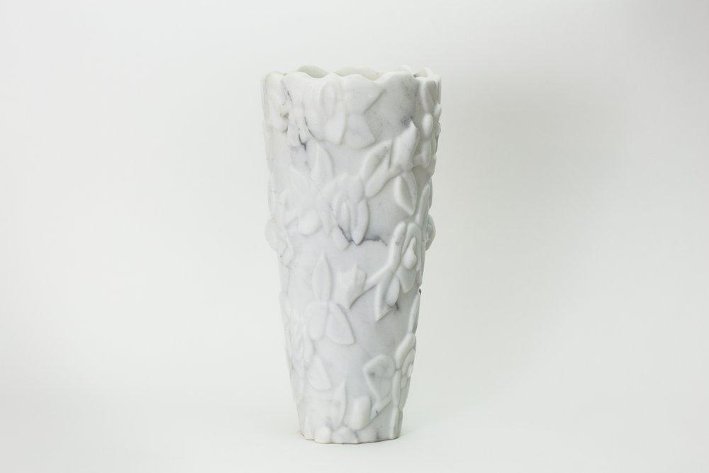 Vaso in marmo bianco di Carrara scolpito con fiori