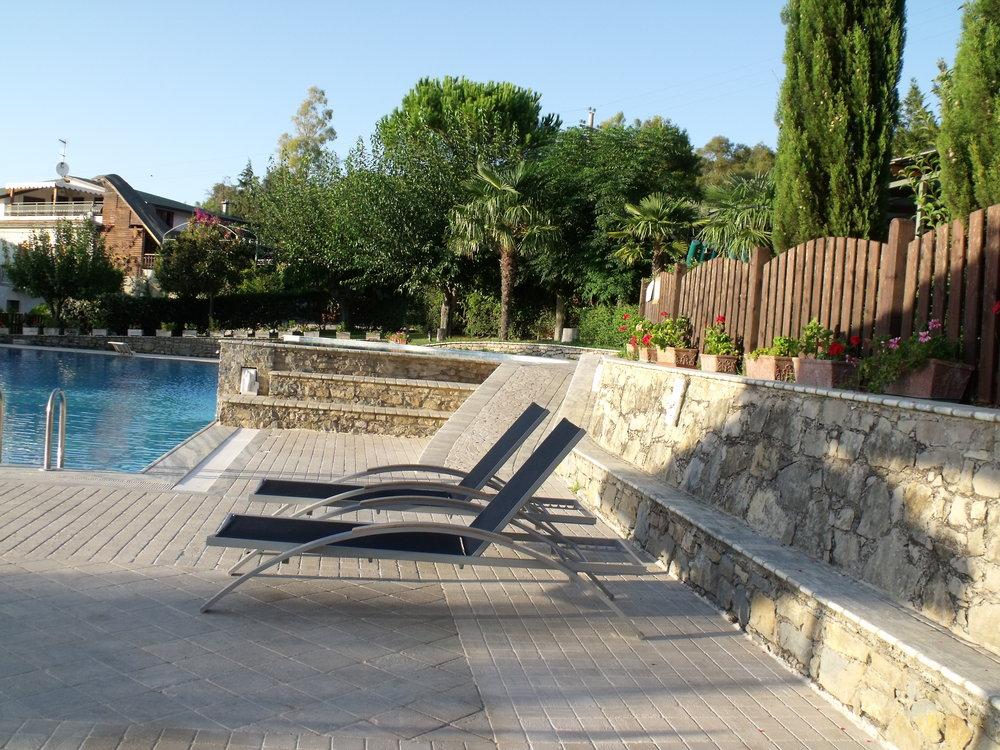 Pavimentazione e rivestimento in pietra esterno piscina