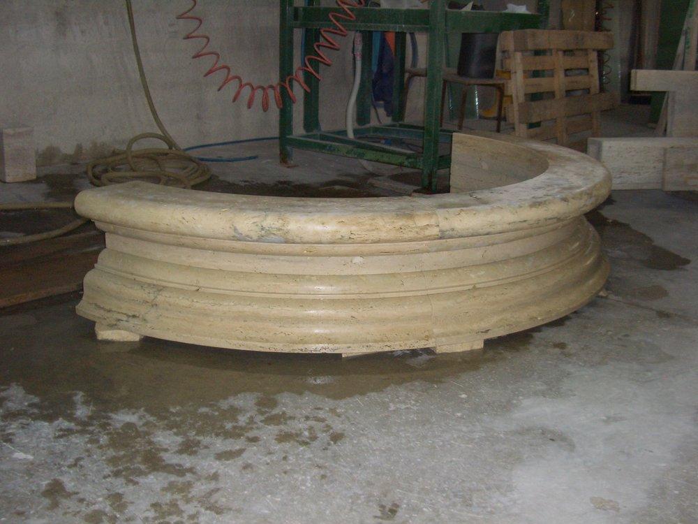 Fontana circolare in pietra Travertino