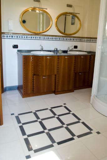 Rivestimento  e pavimento bagno in marmo Bianco Thassos e Azul Macaubas