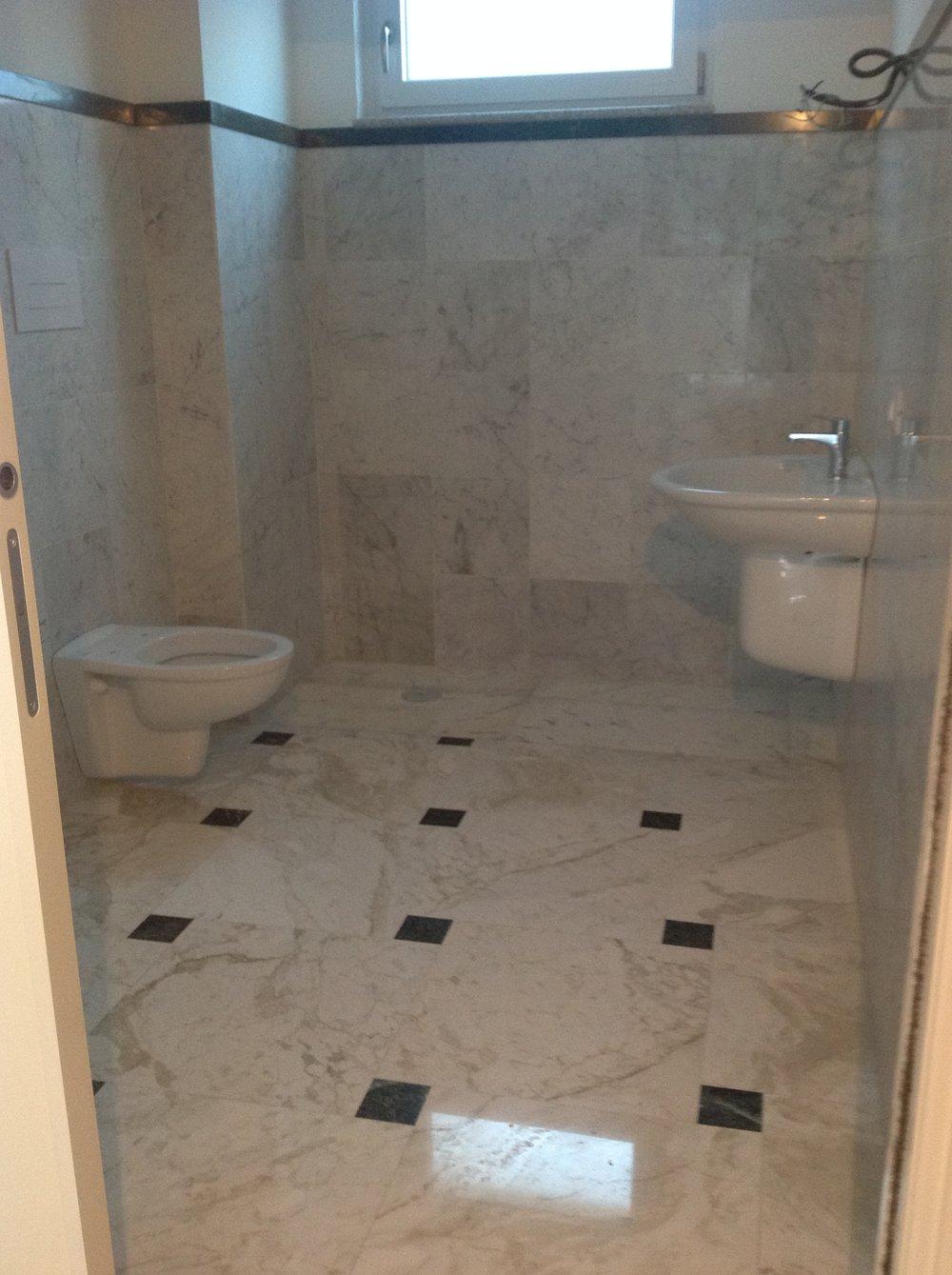 Rivestimento e pavimento in marmo Cremo delicato e Verde Guatemala
