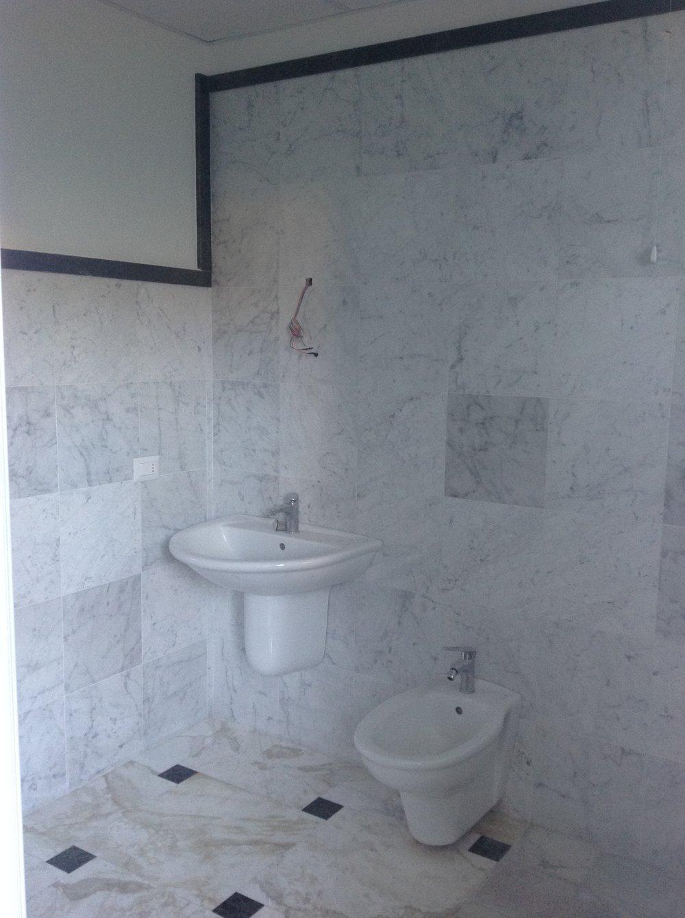 Rivestimento bagno in marmo Bianco di Carrara e Verde Guatemala