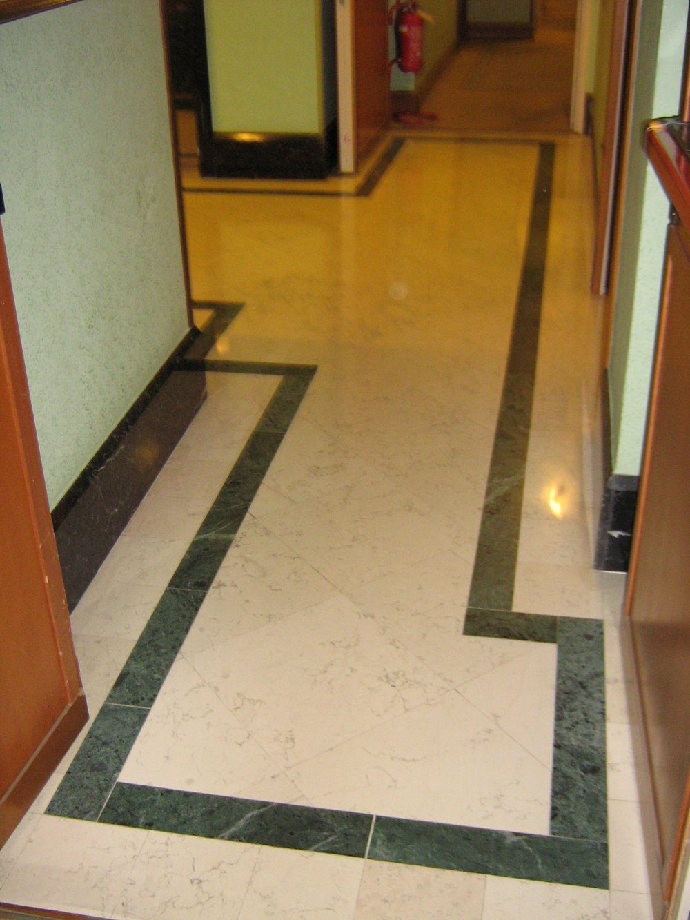 Pavimento in marmo Bianco Asiago e Verde Alpi