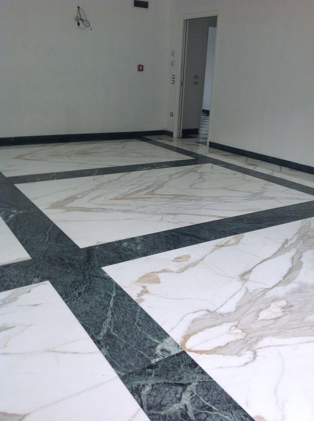 Pavimento in marmo Calacatta Oro a macchia aperta e Verde Guatemala