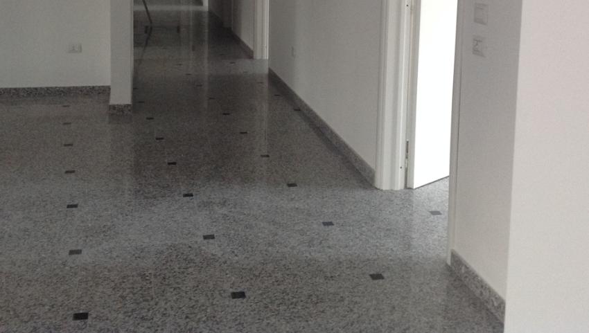 Pavimentazione in granito Bianco Cristal e tozzetti Nero Assoluto