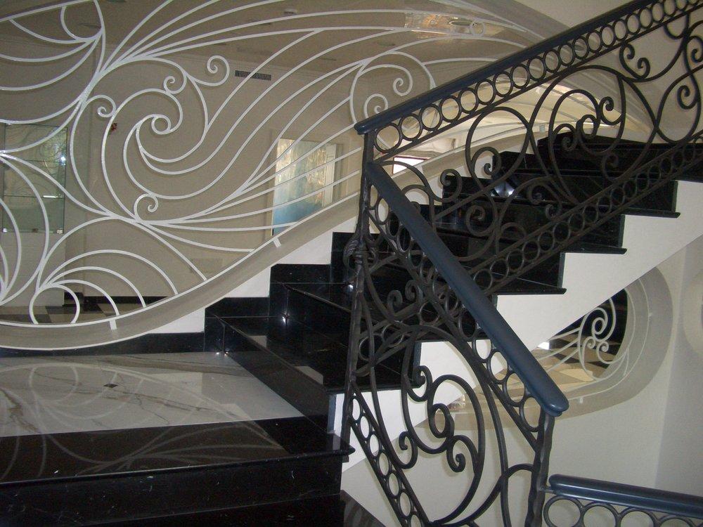 Scala interna in marmo Nero Marquinia e Bianco Statuario
