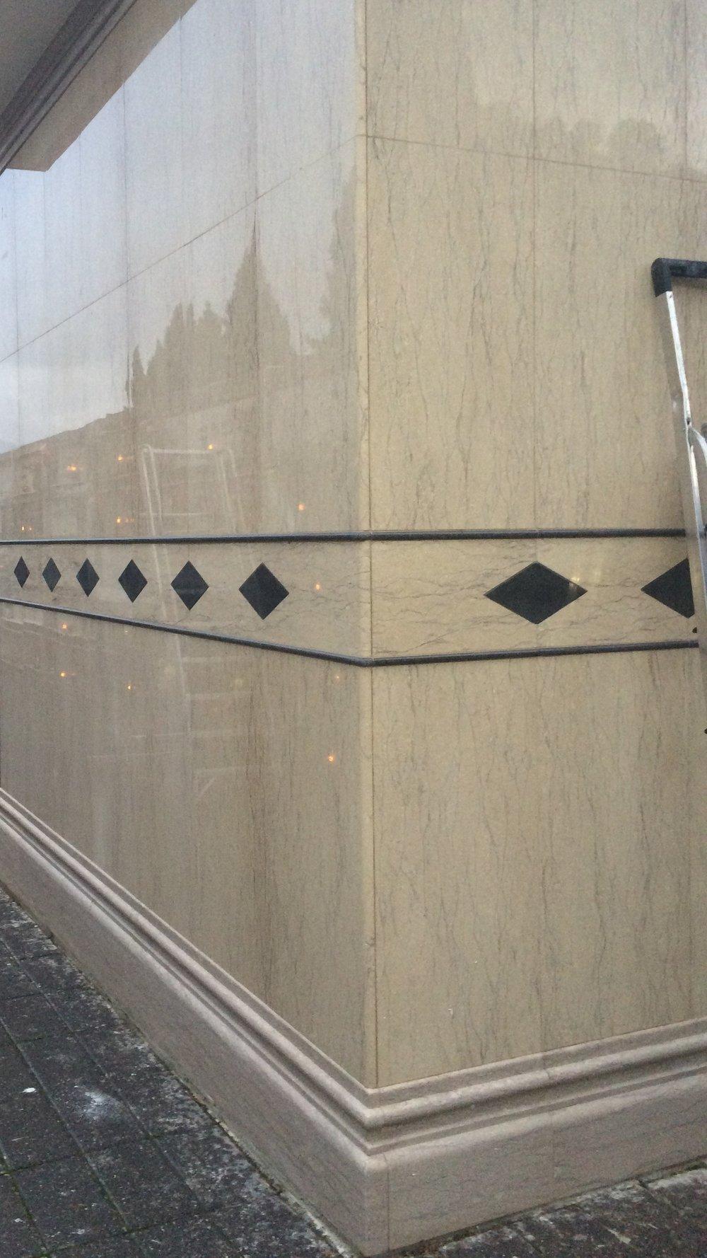 Rivestimento parete esterna in marmo Chiampo e pietra Lavica