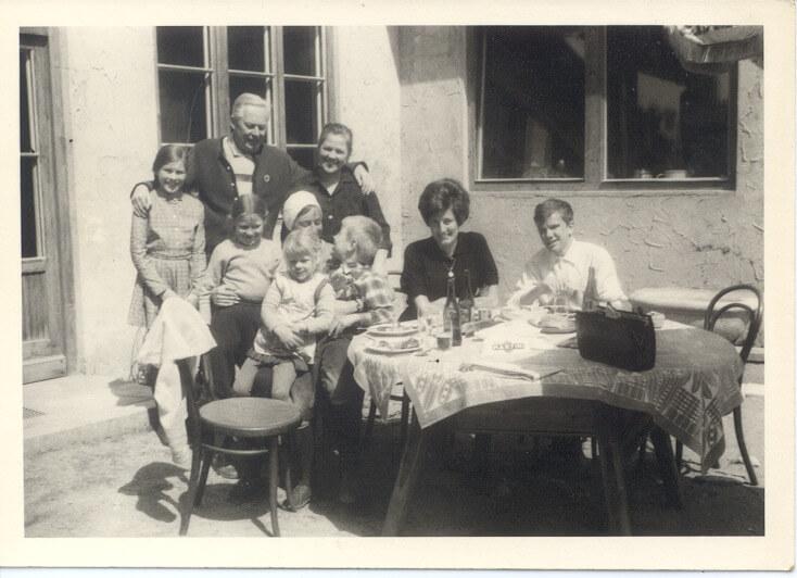 Vater und Mutter Mayr mit Kindern und Gästen (1960)