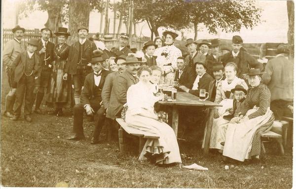 Tischgesellschaft um die Jahrhundertwende