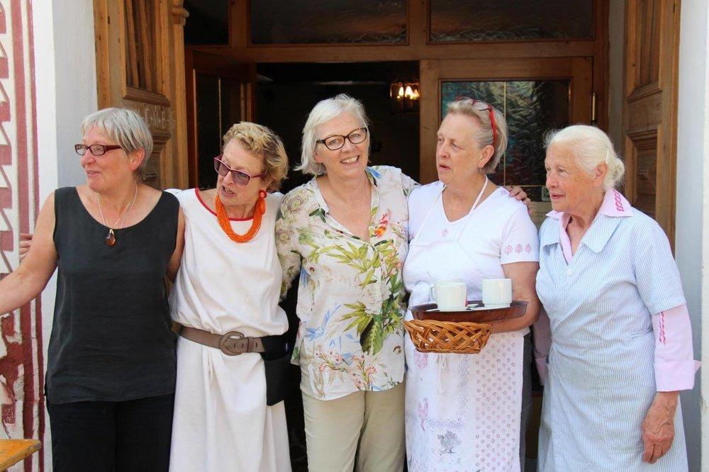 Mutter Mayr mit ihren Töchtern Ursula, Maria, Christina und Elisabeth