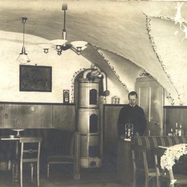 Der Pfarrer im Café in den 30er Jahren
