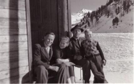Vater und Mutter Mayr, Franz Fingerlos (Altbürgermeister) mit Sohn am Tauern, ca 1953