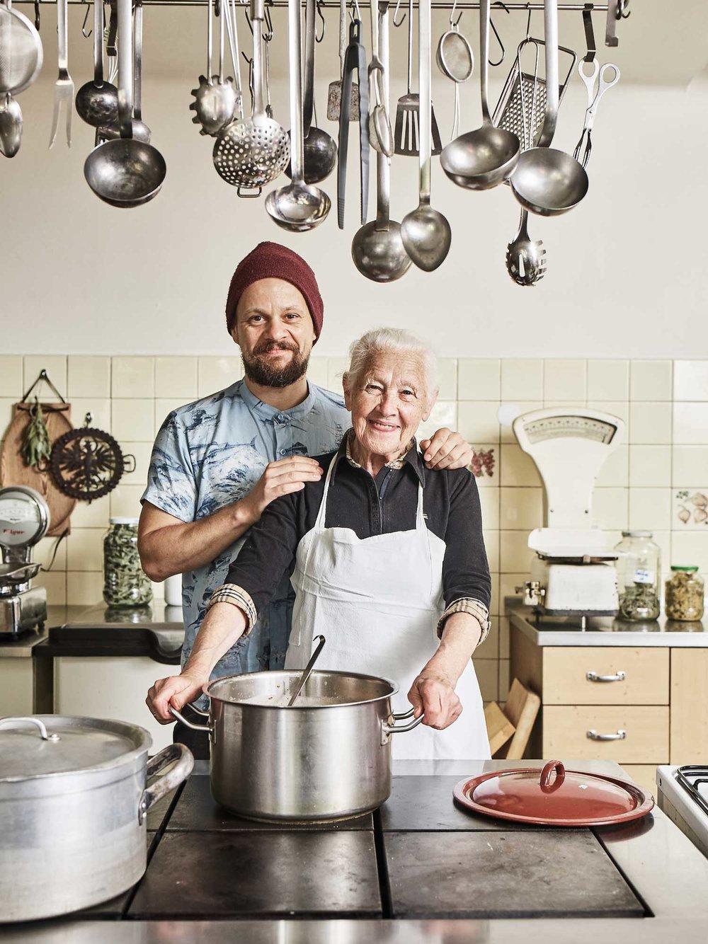 Grossmutter Mayr mit Enkel Moriz in der Küche