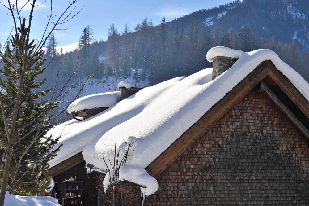 Verschneite Hausdächer im Sonnenschein
