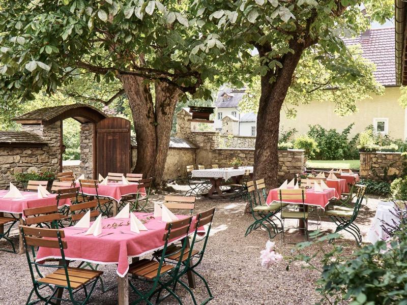 Gastgarten mit gedeckten Tischen