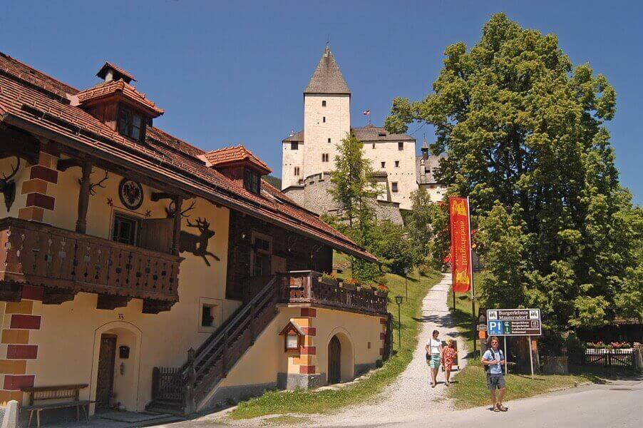 Burg Mauterndorf im Sommer