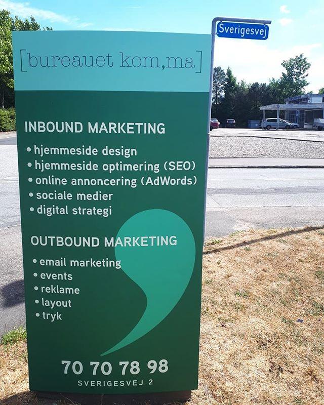 Vi har fået sat flotte nye skilte op ved vores nye kontor i Slagelse🙆♀️👋 #nytkontor #ditlokalebureau #bureauetkomma #marketing #kommunikation #b2b #indboundmarketing #vestsjælland