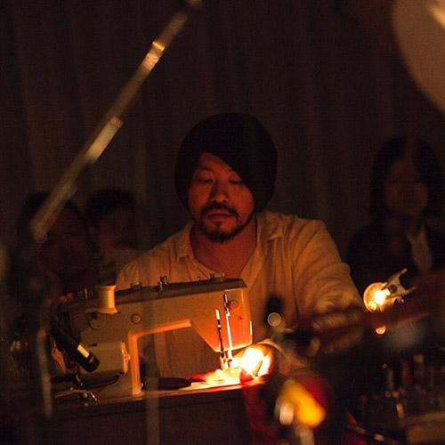 スズキタカユキSuzuki Takayuki - 1975年愛知生まれ。東京造形大学在学中に友人と開いた展示会をきっかけに映画、ダンス、ミュージシャンなどの衣装を手掛けるようになる。2002-03A/Wから suzuki takayukiとして自身ブランドを立ち上げる。
